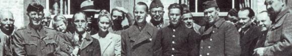 """Zur ersten Gruppenaufnahme versammeln sich die Sippen- und Sonderhäftlinge nach ihrer Befreiung in Niederdorf, am 30. April 1945 auf der Terrasse des Hotels """"Pragser Wildsee""""."""